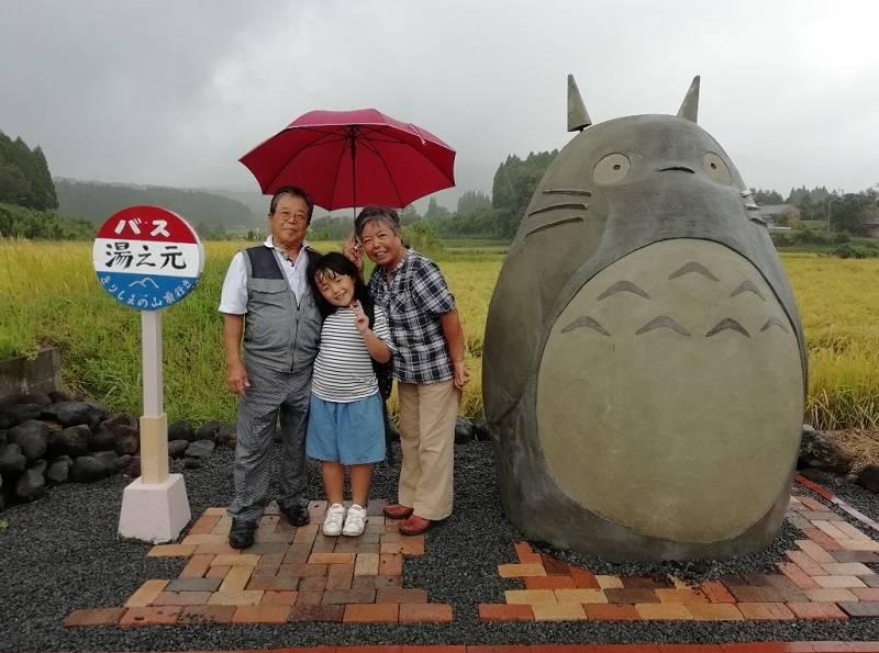 ពិតជាគួរអោយរំភើបចំពោះទឹកចិត្តរបស់តាយាយធ្វើចំណតរថយន្តក្រុង Totoro សម្រាប់ចៅរបស់ខ្លួន
